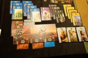 La zone de jeu de Tristan, avec une quantité de PV assez hallucinante sur les cartes bleues... Sinon, avec aussi ses 3 niveaux de merveille, pour 15 PV, il est clairement un candidat pour la victoire le gamin...