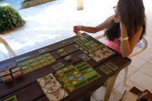 Maitena, qui avait découvert le jeu avec François, ne dit pas non pour être le troisième larron de cette très sympathique partie (j'adore jouer en journée au camping) !