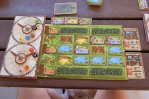 Fin de deuxième manche, avec deux cartes trouvées cette fois ! Sinon, je possède déjà 3 bâtiments, dont deux de conversion...