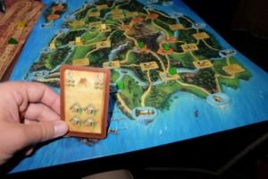 Je joue une de mes 4 cartes de scores pour marquer 6PV grâce à mes 4 huttes. Ouf, Tristan a placé un autre type de bâtiment juste avant et n'en profite donc pas...
