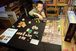 La partie se poursuit et Tristan commence à couiner de son manque de pièces. Du coup, il est quasiment bloqué, ne pouvant pas investir et rentabiliser ses ouvriers. C'est dur, hein...