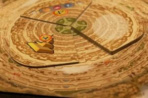 A trois joueurs, lorsque les trois emplacements au sol de la Tour de Babel sont remplis, on commence à recouvrir le premier et ainsi de suite pour poursuivre la pose de tuiles.