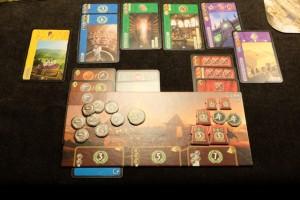 Ma zone finale, avec un seul niveau de merveille (comme souvent), mais quelques cartes vertes et bleues et des succès militaires pour compenser le manque des autres joueurs. Et puis j'ai rentabilisé ma tuile Babel rapportant 5 ors par guilde posée (deux fois)...
