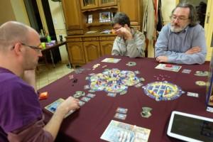 Les stratégies déployées sont très différentes d'un joueur à l'autre : Laurent joue à fond les cartes rouges, Romain et Pierre le laboratoire, tandis que je mise sur les octopodes et les sous-marins (et j'aime bien l'action blanche aussi)...