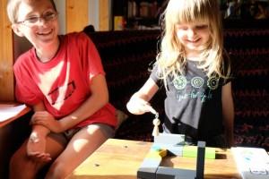 Leila nous épate en déplaçant le jeton de nourriture avec son pion. Franchement, avec la force qu'elle donne et la vitesse avec laquelle elle joue, on se demande comment le jeton ne tombe pas sur la table !