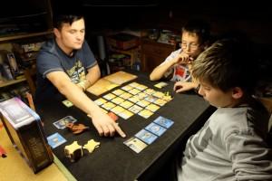 Tristan, avec ses trois cartes bleues devant lui, détient un véritable attirail à mettre au service du collectif...