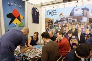 L'un des premiers stands arpentés : le Geek Attitude Games pour récupérer ma boîte d'Essen the Game et admirer la banderole géante affichée en fond de stand...
