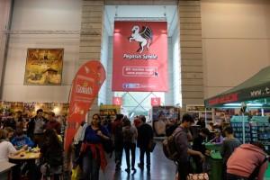 Pegasus, l'éditeur du Spiel des Jahres 2014 ET du Kenner Spiel 2014 est de plus en plus présent sur le salon. Pour preuve, cette immense affiche à leur effigie...