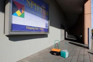 C'est l'histoire de deux caisses esseulées devant la Messe en plein soleil...