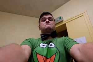 Le maître de jeu, Kermit la grenouille coiffée de son noeud pap' fourni dans la boîte, pour vous servir...