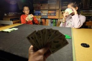 7 cartes en main, avec le seul et unique but de ne pas faire le dernier pli ! Ajoutez à cela que vous devez soit jouer plus haut que les cartes jouées, soit jouer votre plus faible, et vous avez la règle entière ! Avouez que cette simplicité donne envie de s'y essayer, non...