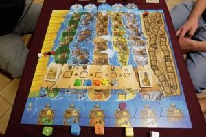Le plateau représente l'île de Grog, divisée en 5 péninsules (verte, bleue, orange, jaune et grise) chacune d'elles offrant 7 emplacements pour y loger nos pirates à la retraite. En-dessous, la zone parcheminée constitue la zone d'enchères sur laquelle seront placés les dés (aux mêmes couleurs que les péninsules). Encore plus bas, on trouve les bateaux et les ressources qu'on peut y commercer, encore une fois aux mêmes couleurs... Sur la gauche, la piste jaune constitue les finances connues par joueur (une bonne idée, on y reviendra) et sur la droite, la classique piste de scores...