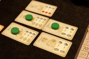 Ce qui m'a beaucoup fait marquer, soyons clairs, ce sont les cartes de personnages, sur lesquelles j'ai pu investir grâce à tout l'or que je récupère chaque tour : 9PV pour le bouffon (Jester) + 9PV pour la reine (Queen) + 5PV pour la princesse (Princess)... Et comme Tristan est à cours d'argent, il ne peut pas venir rivaliser, comme quoi l'or semble être le nerf du jeu.