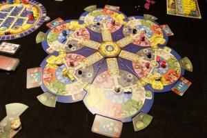 La base au début de la partie, alors que les éléments blancs sont neutres puisque nous sommes trois joueurs : Yohel (bleu), Tristan (jaune) et moi-même (rouge)...