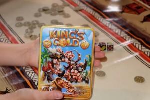 La boîte, toute en métal, est tout bonnement Ma-Gni-Fique ! On va s'engager dans ce jeu de pirates avec grand plaisir...