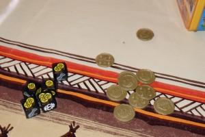 Dans cet exemple, j'empoche toutes les pièces du roi, ce qui me fait un joli total de 10 pièces d'or ! A noter que nous décidons très rapidement de jouer argent caché, tant on a envie de baratiner ses voisins sur sa fortune véritable :-) Et puis, avouons-le, cela renforce le thème sans rendre le jeu plus lourd.