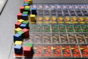 Après un tour de jeu, voici la situation sur les pistes d'influence, avec une avancée d'une case pour une carte jouée de la couleur en question (avec le placement d'une unité de ce peuple sur la carte) ou de 0 case si on préfère placer deux unités sur la carte. A noter qu'aux siècles suivants, on progressera de 2, 3 puis 4 cases au lieu d'une...