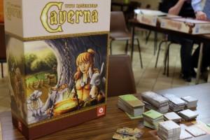 L'énorme boîte trône fièrement sur la table et nous salivons déjà à l'idée de rejouer à ce splendide Caverna...