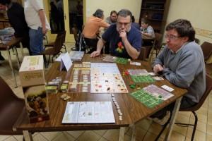 Nous y jouons à 3, François San Juro avec les éléments naturels, Charles-Louis avec les rouges et moi-même avec les verts.