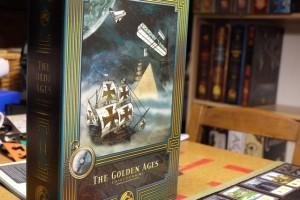 Revoilà la superbe boîte de The Golden Ages ! En fond, quelques autres boîtes de la même collection façon livres anciens...