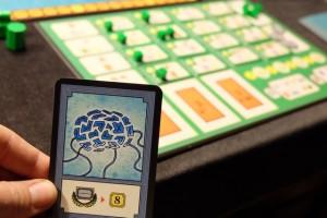 Autre raison de ma nécessité de développer les technologies : ma carte de Technologie future qui requiert que je sois le joueur le plus avancé dans ce domaine pour scorer 8PV. Mais j'ai vraiment un souci : connaissant bien Yohel, je suis persuadé qu'il va aller à fond sur cet axe-là par pur principe, car un jeu de civ' c'est un jeu où on doit se développer à ce niveau ! J'en suis sûr et ça m'inquiète...