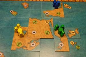 Voici la mise en place de chacun, avec les éléments bleus de Yohel (premier joueur), suivi de Tristan avec les pions jaunes et moi-même avec les verts...