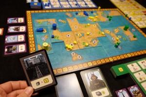 Sans surprise, Tristan passe au bout de seulement trois tours (le vilain !!!) et choisit la carte qui rapporte 1PV par ville, ce qui lui en rapporte 7, suite à l'attaque de Yohel au dernier moment pour le priver d'un point et glaner un marqueur de gloire. De mon côté, j'ai acheté un bâtiment vital (pour développer de la technologie), que j'ai activé, puis j'ai utilisé mon japonnais. Ca fait court quand même...