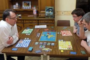 Même si le plateau est plutôt petit, il en faut de la place pour jouer à ce jeu, avec nos 4 plateaux individuels...