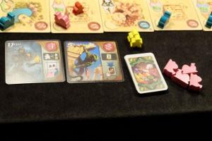 Au final, Tristan n'a que deux Djinns invoqués (on a vu que la pénurie de meeples blancs pouvait être rapide et sévère) et un stock de pièces d'or nul ! Par contre, qu'est-ce qu'il est robuste en cartes...