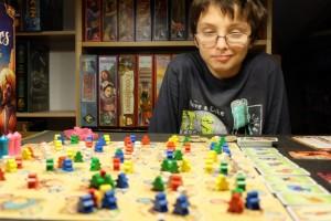 Tristan grimace un peu car il me dit que j'ai précisément fait l'action qu'il aurait voulu prendre ! En même temps, vu le nombre de possibilités toujours présentes dans ce jeu et le fait qu'il joue deux fois de suite, franchement je ne m'inquiète pas pour lui...