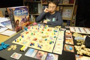 Tristan se prend un peu la tête car, en jouant deux fois de suite, après avoir payé 8 pièces (3+5, ce qu'il fait quatre fois de suite !!!), il a intérêt à optimiser ses tours...