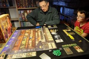 Nous jouons à 3, Yann avec les marqueurs bleus, Tristan les jaunes et moi-même les verts. Ce qui est très appréciable avec ce jeu, c'est justement ce plateau biface, offrant un jeu plus resserré à 2 ou 3 joueurs...