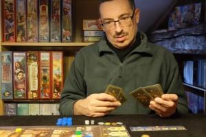 Yann découvre les dilemmes qui se posent lorsqu'on doit, en début de tour, sélectionner sa main de trois cartes...
