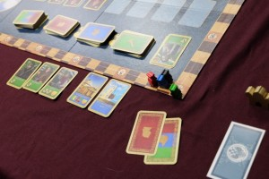 Fin de premier tour de jeu, avec trois cartes d'ouvriers vertes devant moi (dont un échange réalisé suite à l'utilisation de mon Observatoire), deux bâtiments bleus et deux cartes en main pour plus tard... Mais je suis en slip au niveau roubles !