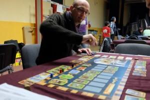 Le jeu plaît beaucoup à mes petits camarades dont aucun ne connaissait l'ancienne version. Ici, Laurent s'apprête à choisir une carte verte...