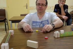 Tristan se marre en arrière-plan, oui il y a de quoi... A quoi sert ce bloc de bois ? A devenir la deuxième excellente idée du jeu : on dispose de 2 blocs identiques, que l'on place comme bon nous semble, dans le but de faire des bandes, comme au billard ! Et là, c'est vraiment, vraiment, agréable à tenter...