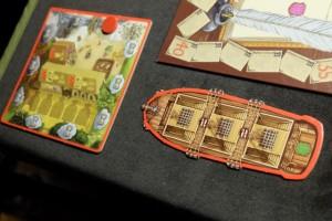 Devant nous, nous avons dorénavant un bateau avec trois zones bien différenciées dans sa cale : chacune d'elles pourra accueillir un élément de son choix, mais tous les éléments devront être différents, tant au départ du port que pendant la traversée...