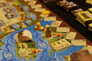 Parti du port, avec un premier déplacement gratuit, Tristan se retrouve bientôt sur une petite île où il y place un missionnaire et gagne ainsi 5PV. De plus, il y vend sa charrue contre 3PV. Et, dans pas longtemps, sur le chemin du retour, il récupérera un panier de cacao en passant pour le vendre au marché du village.