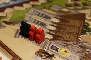 Première messe de cette partie, à l'issue du premier grand tour de jeu (plus aucun cube disponible), avec pas moins de 2 meeples rouges sortis du sac. Cool...