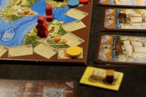 En parallèle, je recrute un capitaine qui me permet d'avancer de deux cases contre un cube orange et je file à fond sur les mers jusqu'à atteindre la petite île du bout, celle qui rapporte 12PV ! Voilà, ça me replace au score...