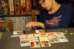 Le dilemme sympa du jeu réside dans le choix à faire entre : construire une carte (moyennant un coût, une perte d'une carte de sa main, mais obtention de bonus de toutes les cartes de la même couleur déjà posées) et défausser des cartes pour faire une offrande (renouvellement de sa main et petit bonus, mais pas vraiment de PV gagnés de cette manière). Personnellement, je trouve que la main de cartes, via les offrandes, tourne trop rapidement et qu'on a affaire à une sorte de grande loterie ! Tristan ne s'en prive pas...