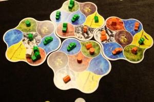 Voilà à quoi ressemble le plateau une fois la partie achevée. On notera que seulement 7 régions n'ont pas été conquises et qu'un seul temple a pu être posé (pion blanc à côté de mes deux bâtiments verts à gauche).