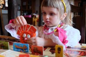 Leila, la princesse, expérimente l'utilisation d'un petit porte-cartes qu'on lui offre à cette occasion. Clairement, c'est très pratique. Sur le plan du jeu en lui-même, elle n'a pas encore pris conscience qu'elle allait devoir incarner un méchant Gogan, soucieux de capturer l'orphelin Peter...