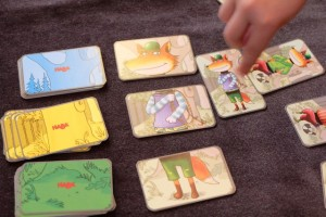 Yes, enfin, Leila réussit à pointer du doigt, en premier, la carte qui correspond aux trois parties du personnage, coupable selon la règle du jeu d'un larcin sur lequel nous enquêtons...