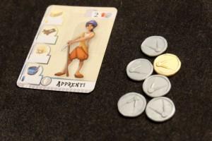 Chaque joueur débute avec un apprenti qui produit 2 unités de matériaux différents (1+1) et qui coûte 2 sesterces pour aller travailler. Le capital de départ est de 10 sesterces.