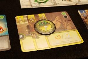 En phase de légendes de l'époque 4, je décide de briser ma manne financière en transférant mes 3 cartes jaunes dans mon elysium, ce qui a pour effet de m'octroyer le jeton 5PV lié à la famille en question. Ca, c'est fait...