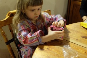 La jolie petite boîte métal ne va pas résister longtemps aux assauts répétés des non moins jolies petites mains de ma jolie petite Leila...