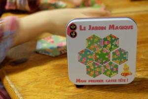 Elle a de l'allure cette petite boîte, avec son look mignon et son matériel hyper basique : 7 tuiles hexagonales à assembler pour former une fleur. Jouable à 1 joueur, ce jeu devrait être souvent utilisé, de manière informelle : exactement ce qu'on lui demande...