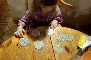 La première règle, sur les 3 que comporte la boîte, est forcément celle que Leila essaie en premier : relier les pièces du puzzle en se débrouillant pour que chaque lutin soit relié à un champignon, sans tenir compte de la couleur...