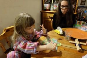 Sous les yeux de sa grande sœur, Leila ne va pas tarder à réussir son premier puzzle de Tantrix like...